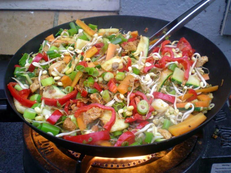 Wok med kalkun, grønsager og nudler…