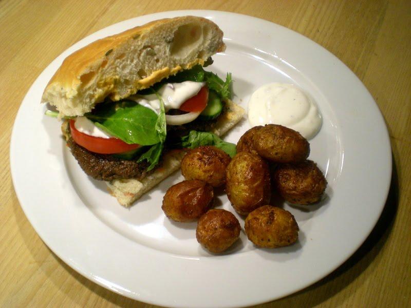 Burgere med hvidløgsdressing og ristede kartofler…