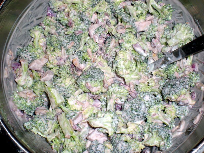 Broccolisalat med granatæblekerner…