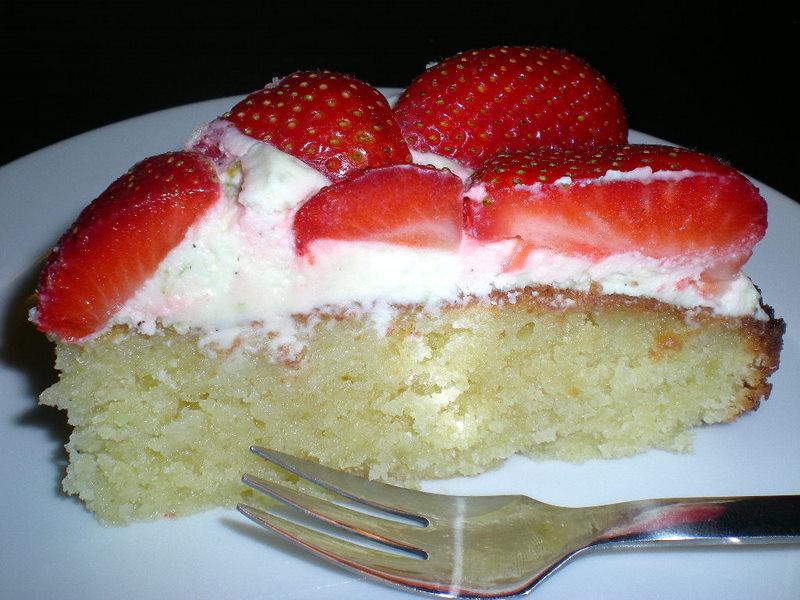 Mandelkage med jordbær og lime…