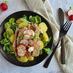 Kartoffelmad med røget makrel, radiser og purløg