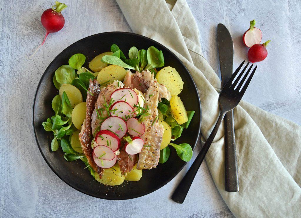 Kartoffelmad med røget makrel og radiser.