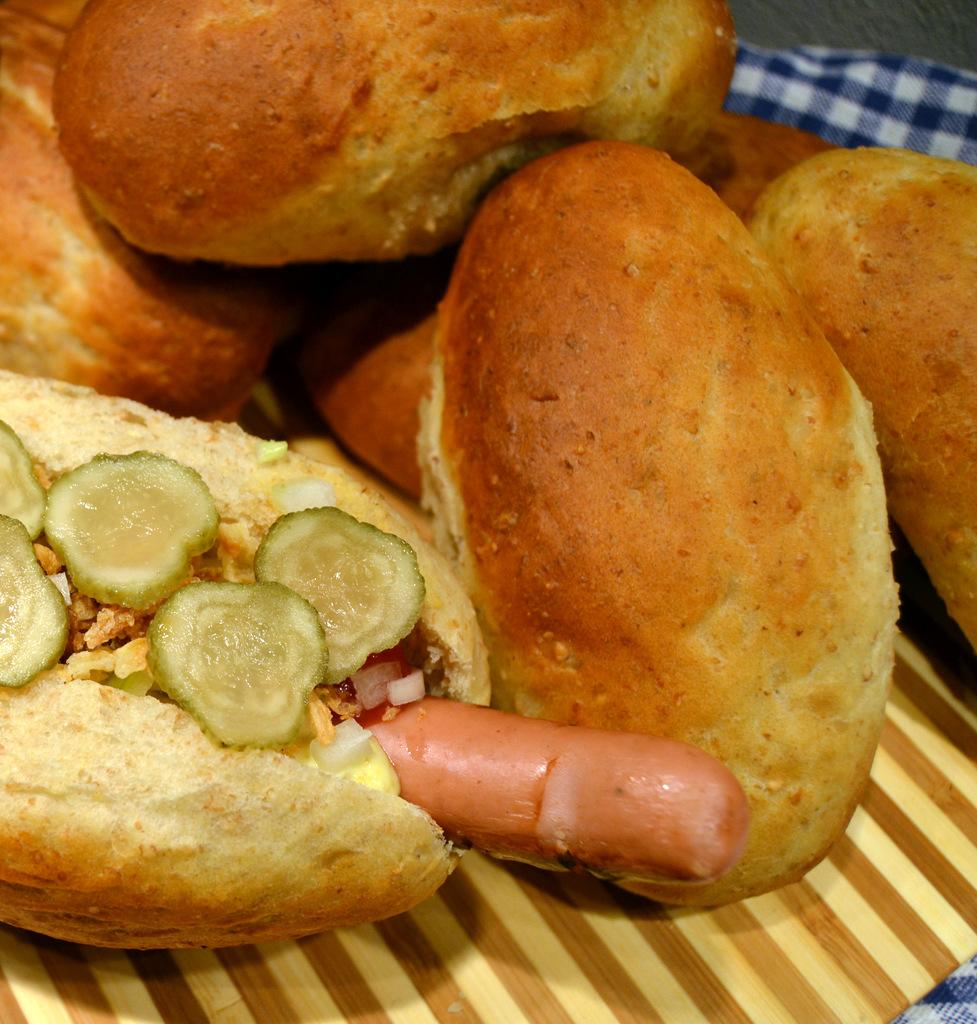 Hotdogs og hjemmebagte pølsebrød…