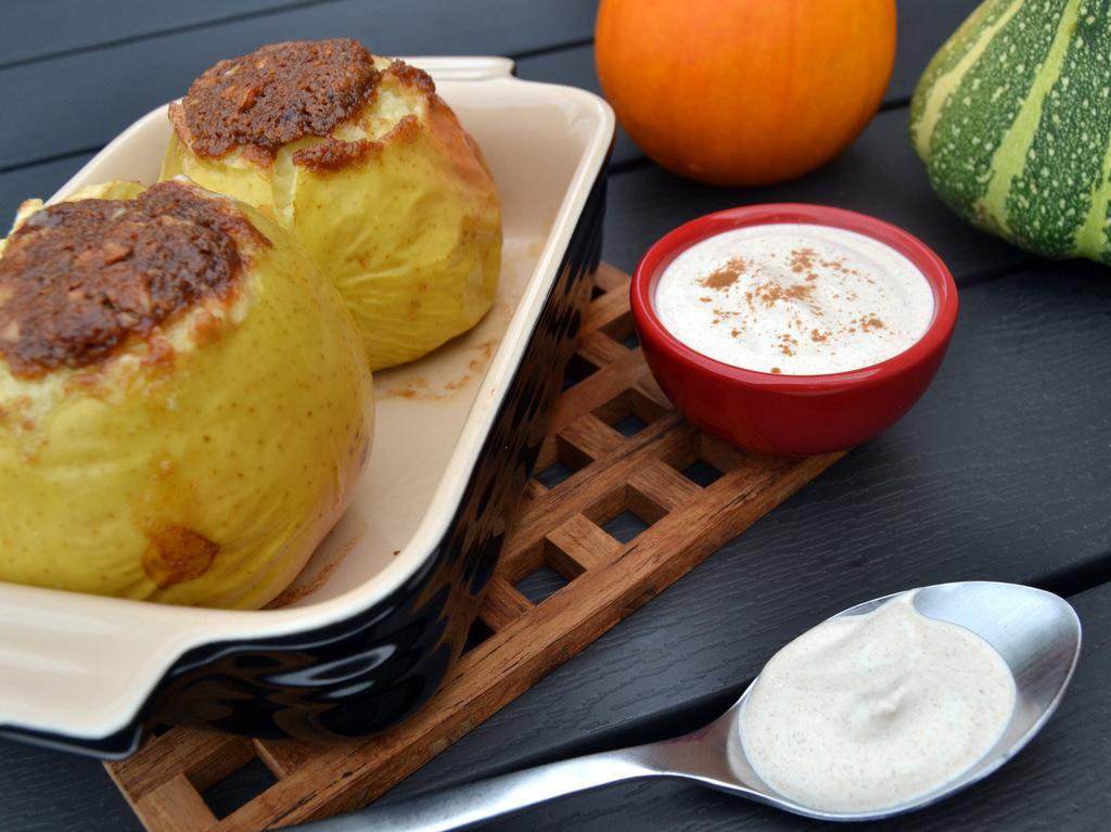 Bagte æbler med marcipan og kanel creme fraiche…
