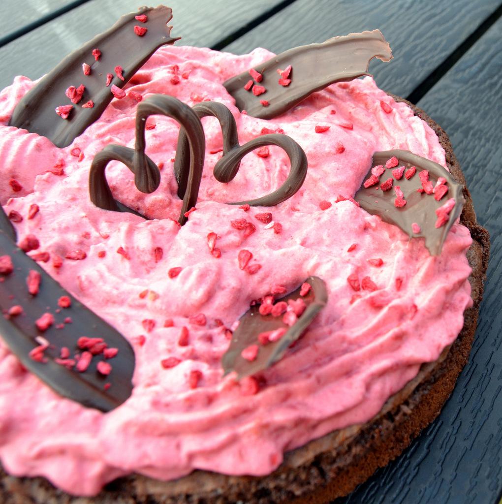 Valentinskage – Brownie med hindbærmousse…
