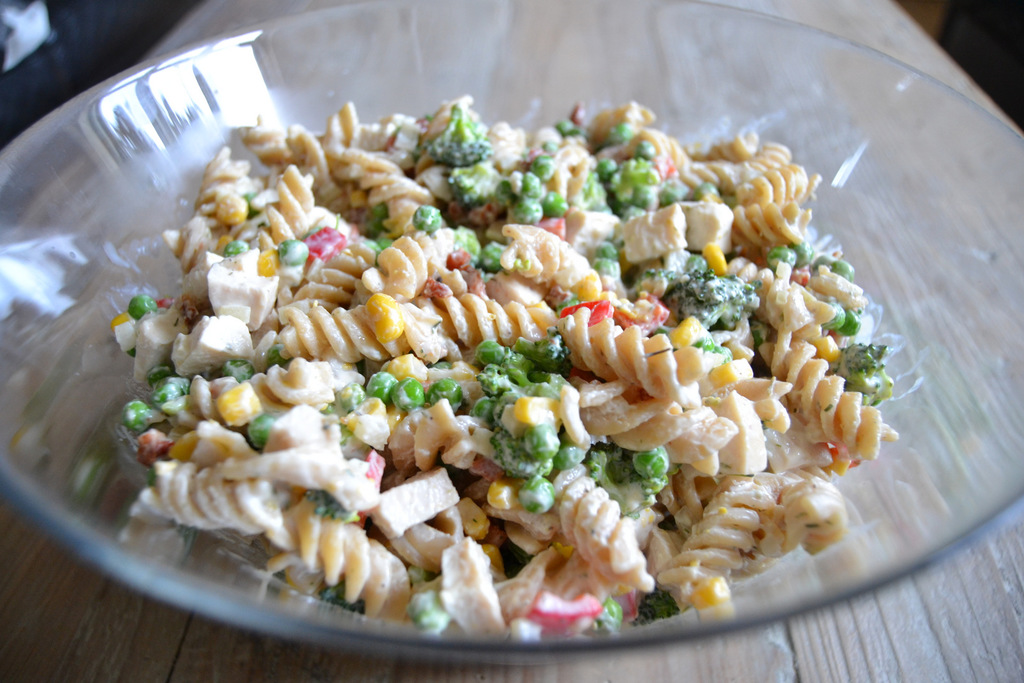 Cremet pastasalat med kylling, bacon og grønt…