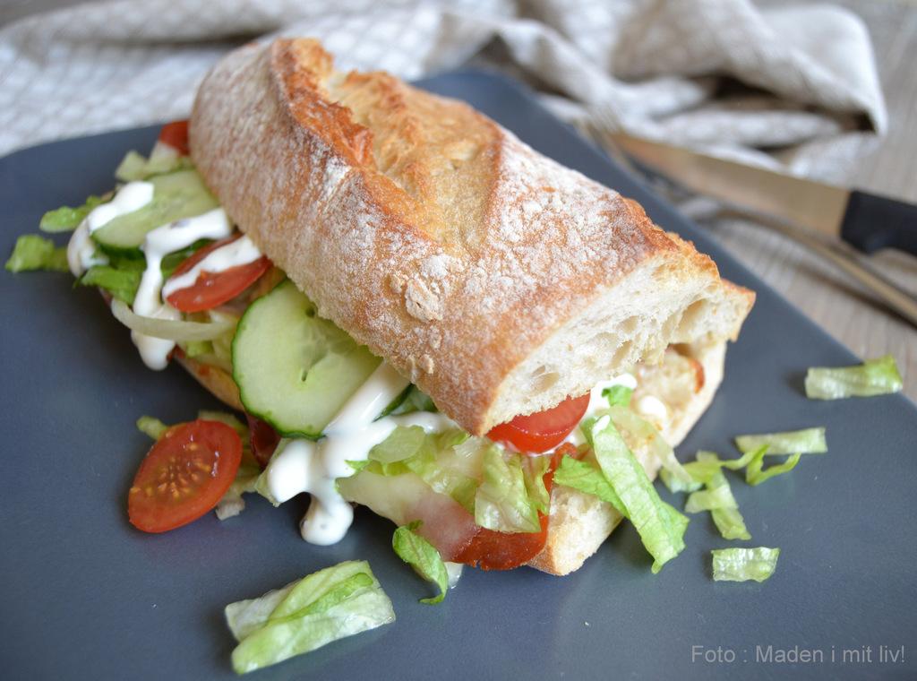 Grillet sandwich med lufttørret skinke og ost.