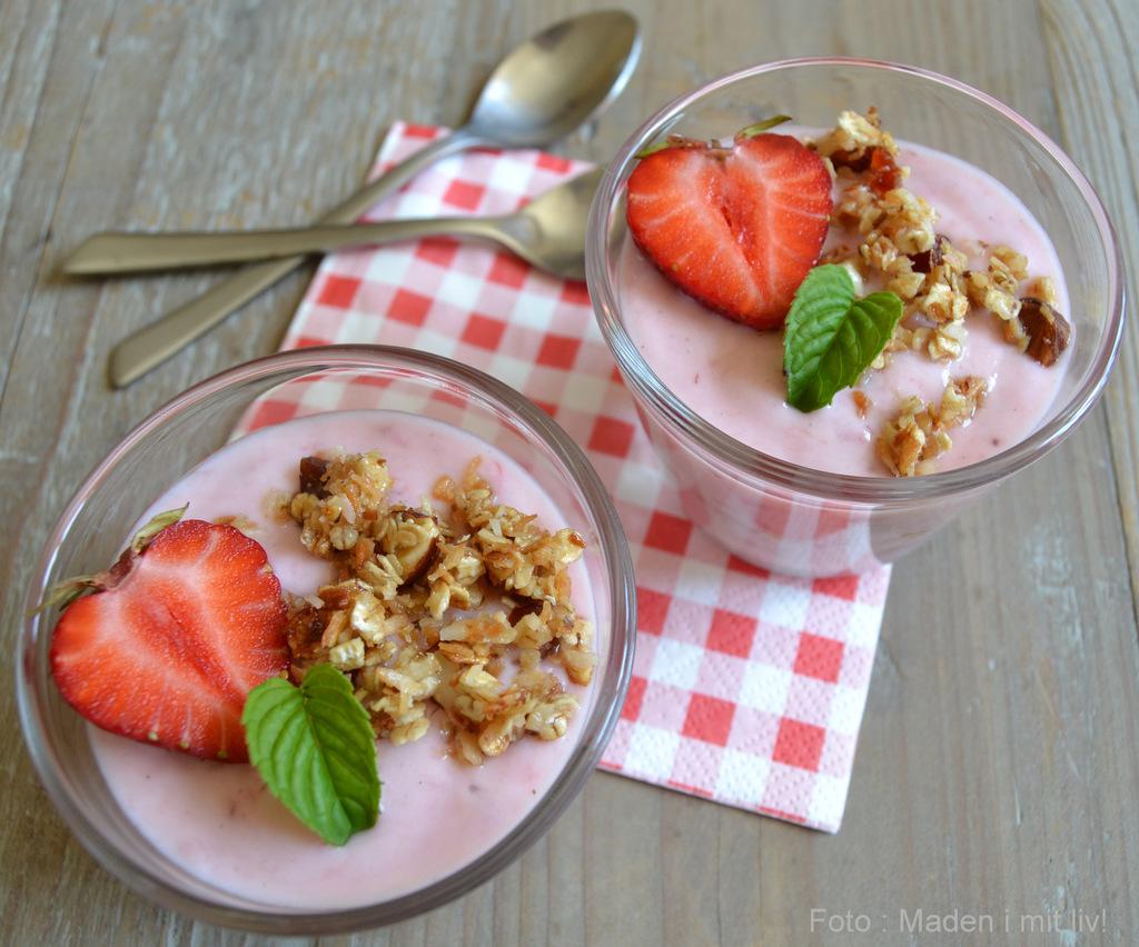 Hjemmelavet jordbæryoghurt med granola…