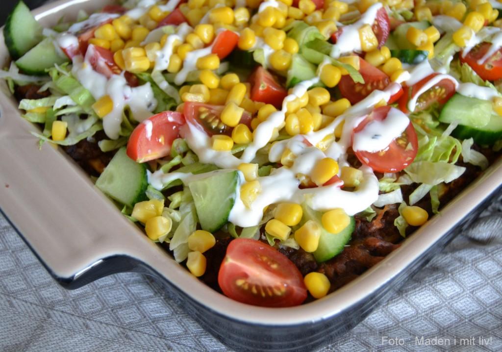 Mexicansk lasagne med salat.