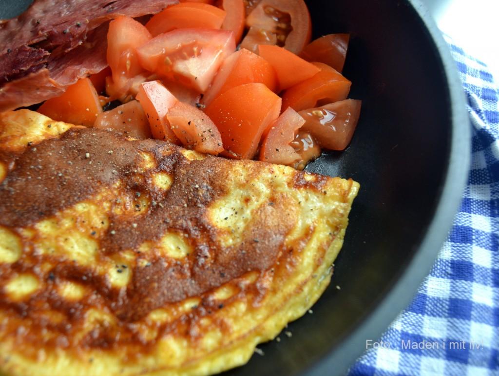 Luftig omelet med ost, tomater og sprød skinke…