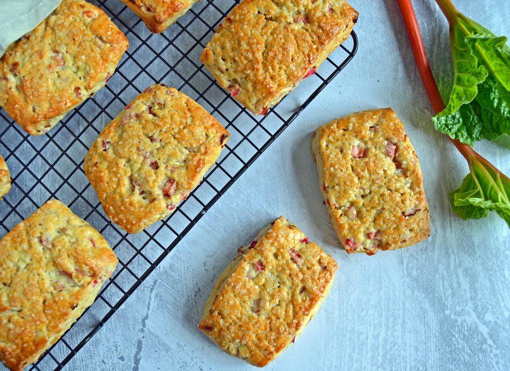 Rabarberscones – nemme scones med rabarber.