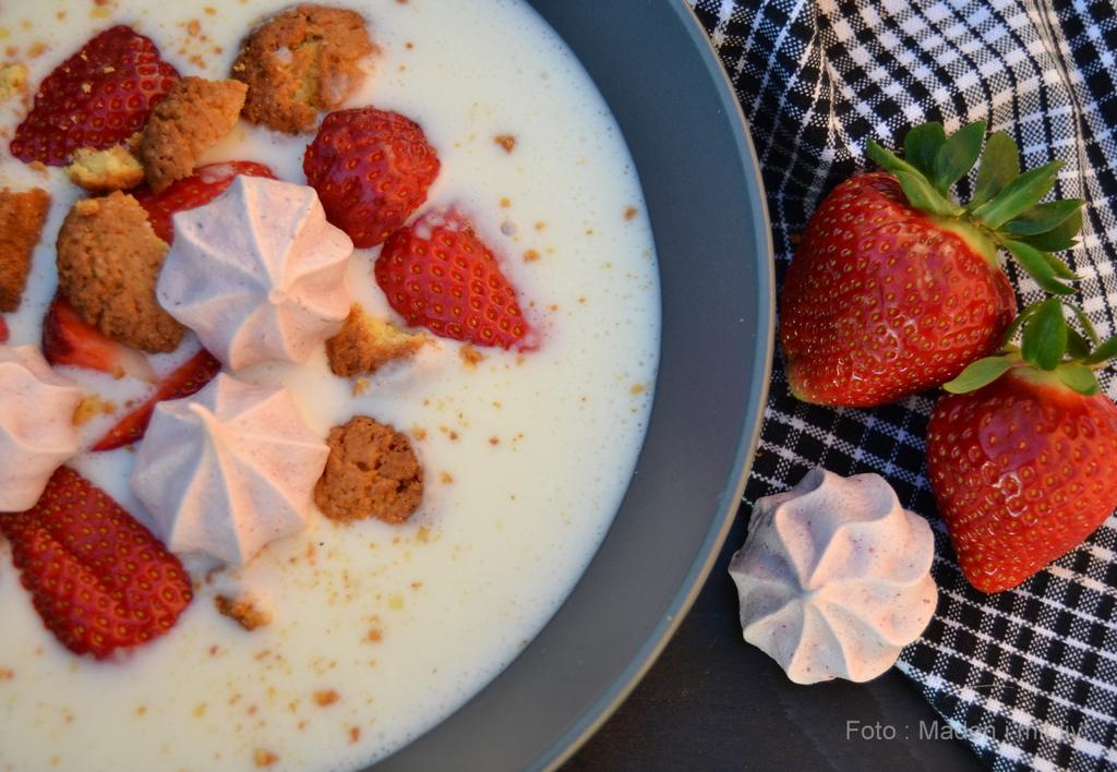 Vanillekoldskål med jordbær og lyserøde prinsessekys…