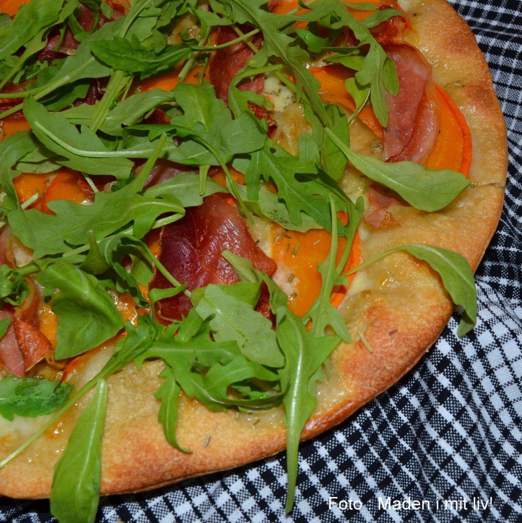 Pizza-med-græskar-serranoskinke-og-ruccola