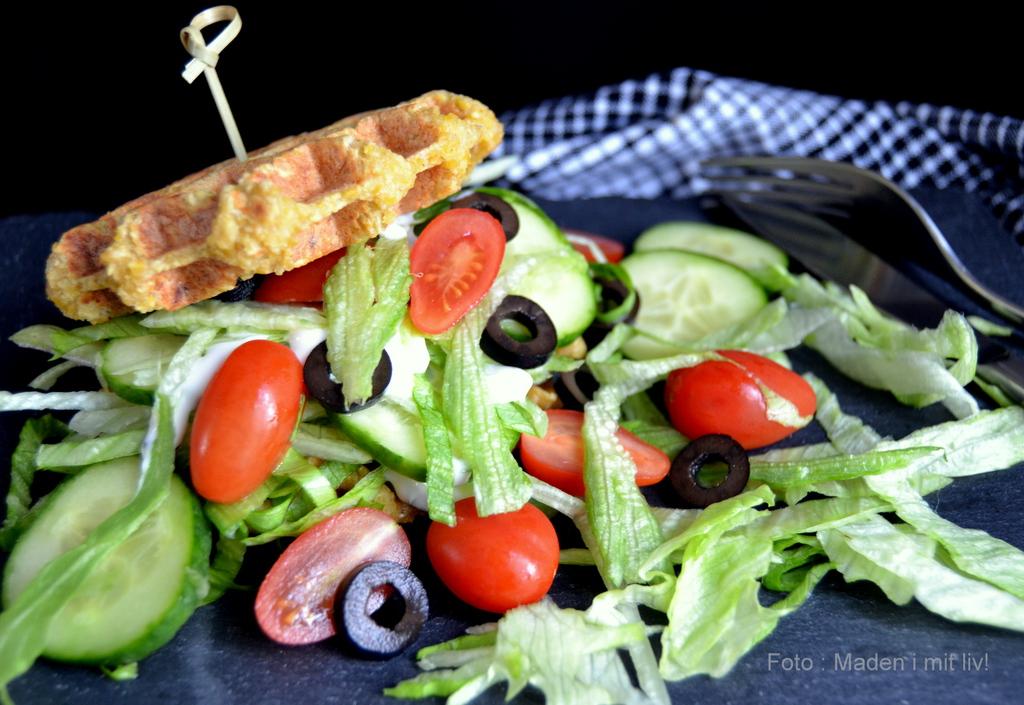 Spicy falafel-vaffel med salatfyld og dressing…
