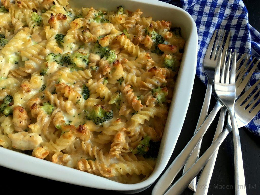 pasta i fad med kylling, broccoli og bechamel