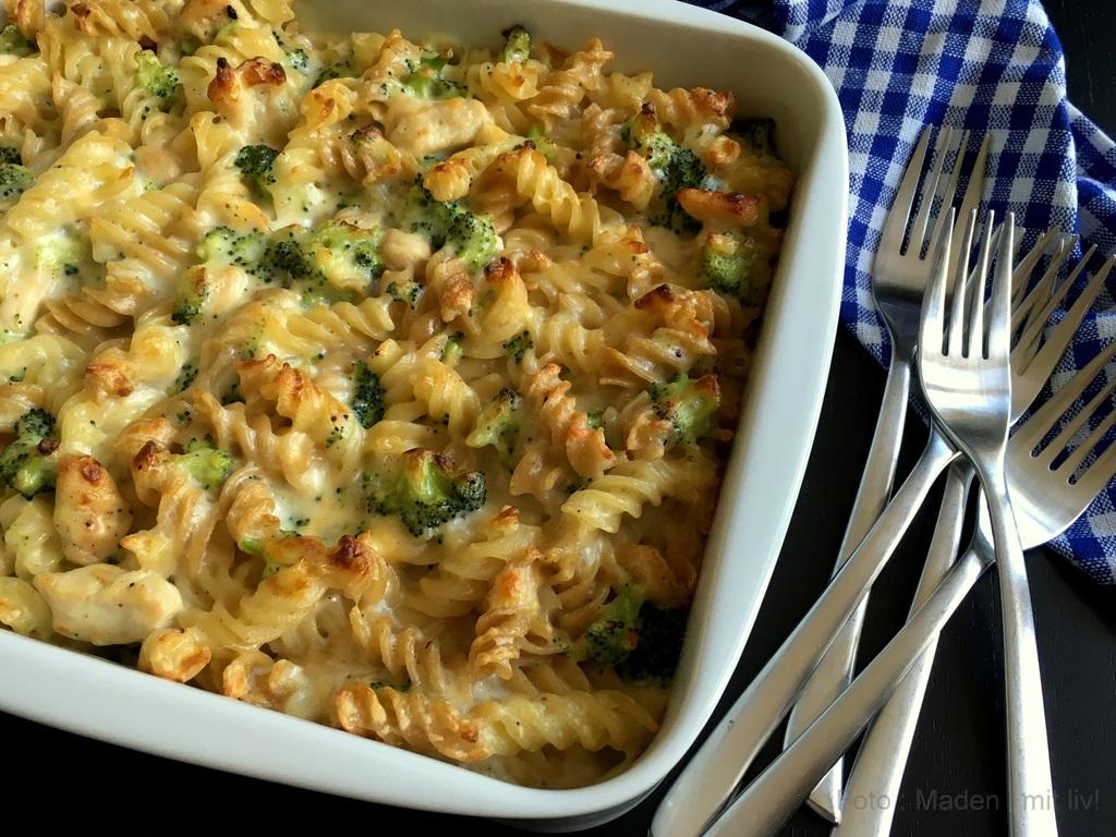 Pasta i fad med kylling, broccoli og mornaysauce…