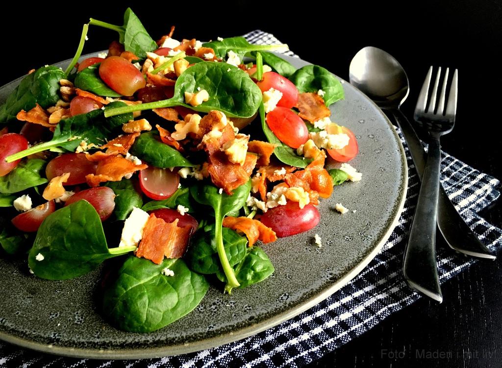 Spinatsalat med bacon, druer, ost og nødder…
