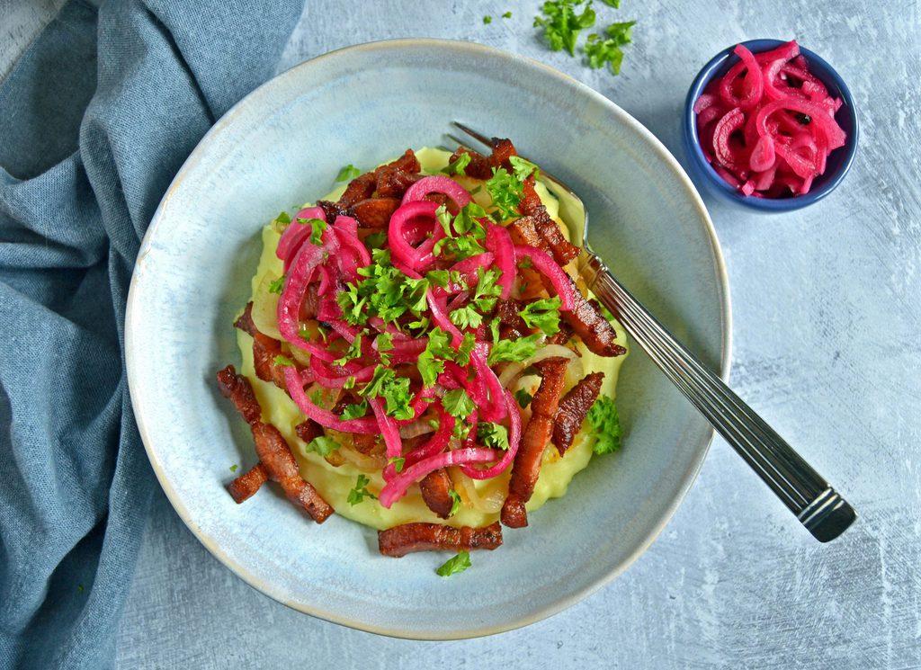 Brændende kærlighed med bacon og løg.