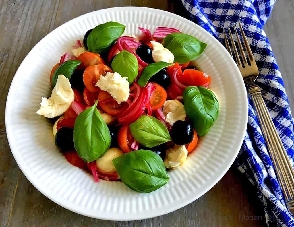 Skøn tomatsalat med syltede rødløg…