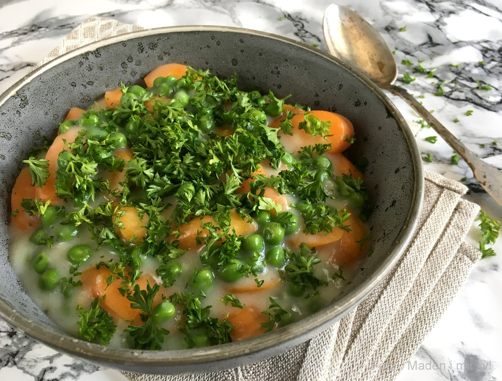 Stuvet sommergrønt med ærter og gulerødder…