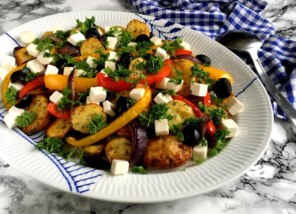 c4c3bb3e173 ... her græske kartoffelsalat med peberfrugt – et skønt alternativ til den  klassiske kartoffelsalat med creme fraiche dressing og helt perfekt til  blandt ...