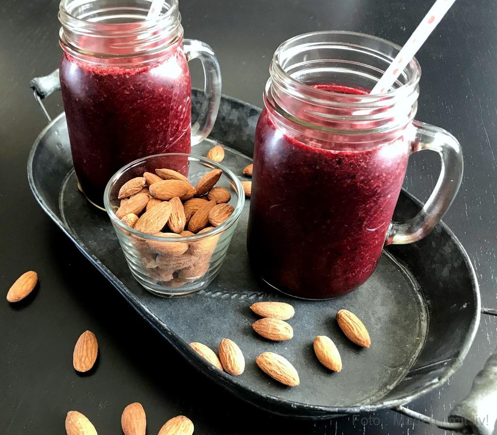 Rød smoothie med jordbær og blåbær…