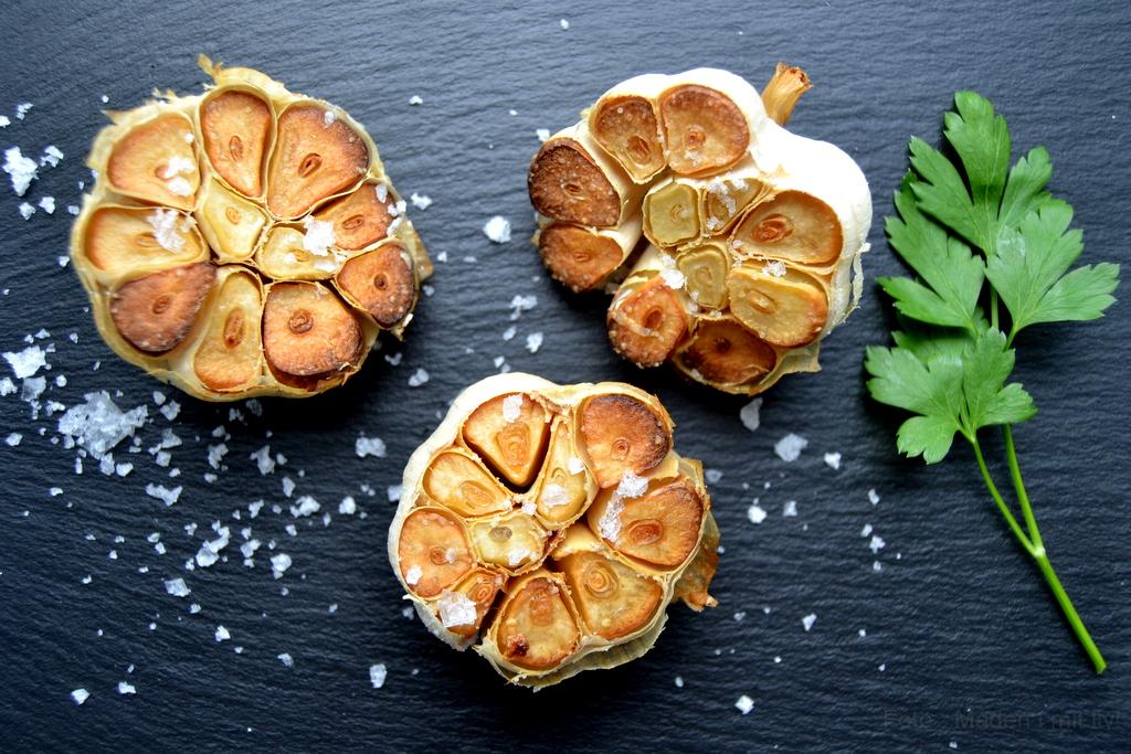 Bagte hvidløg med olivenolie og salt…