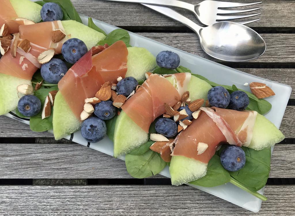 Spinatsalat med melon og skinke…