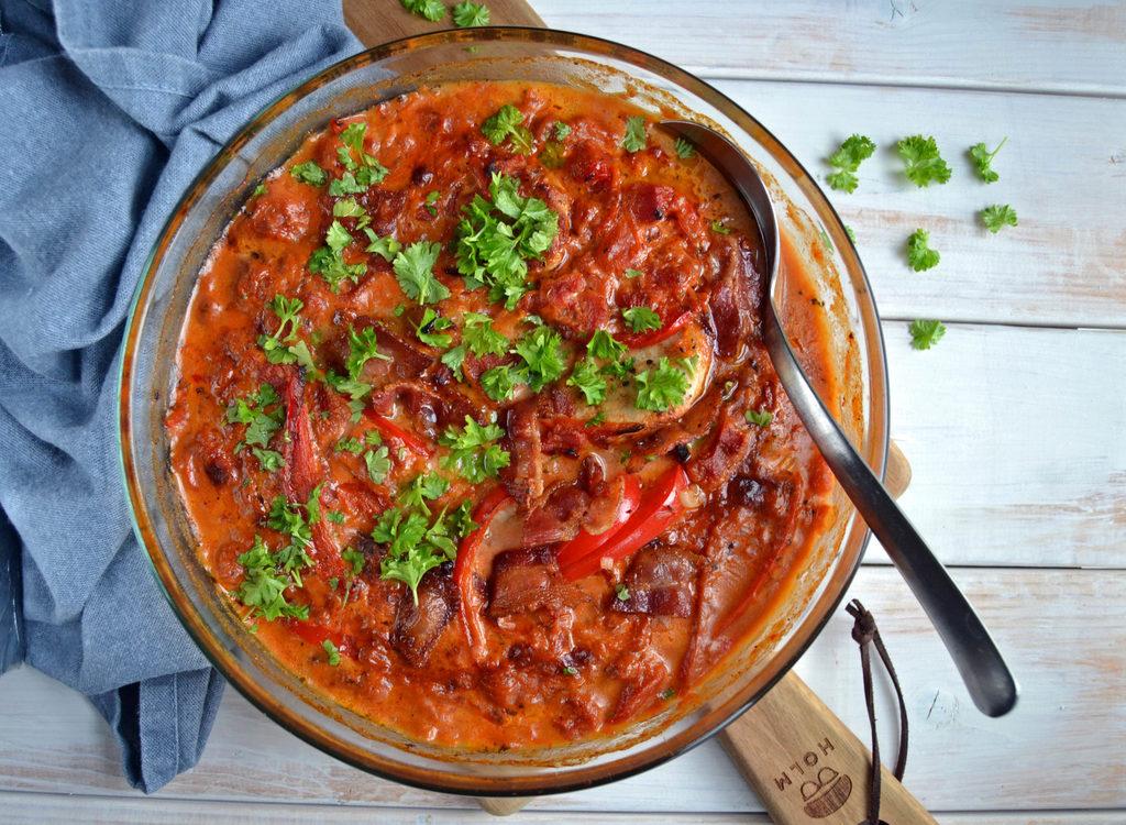 Koteletter i fad med paprika-flødesauce…
