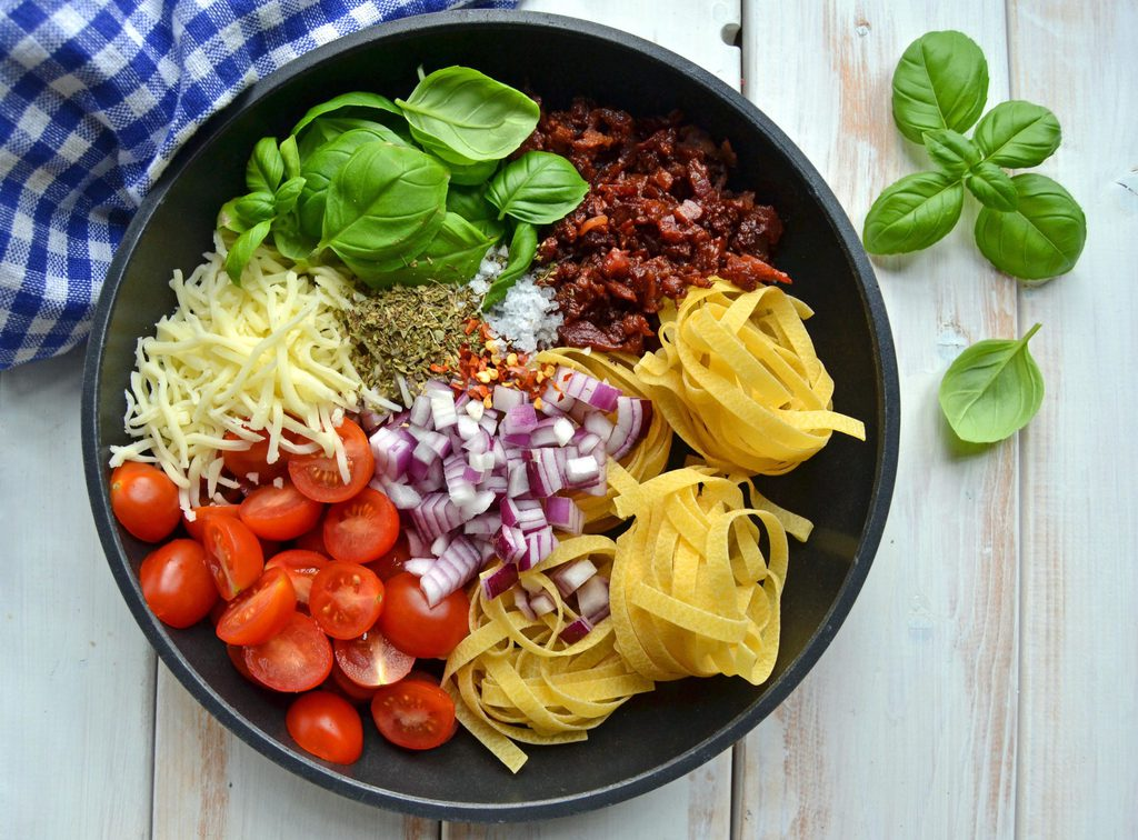 One pot pasta med tomat og bacon…