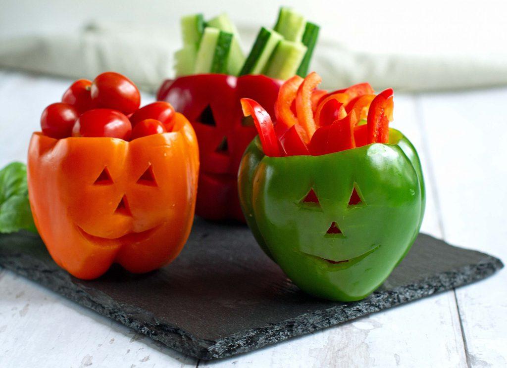 Peberfrugter med grøntsagsstave til halloween.