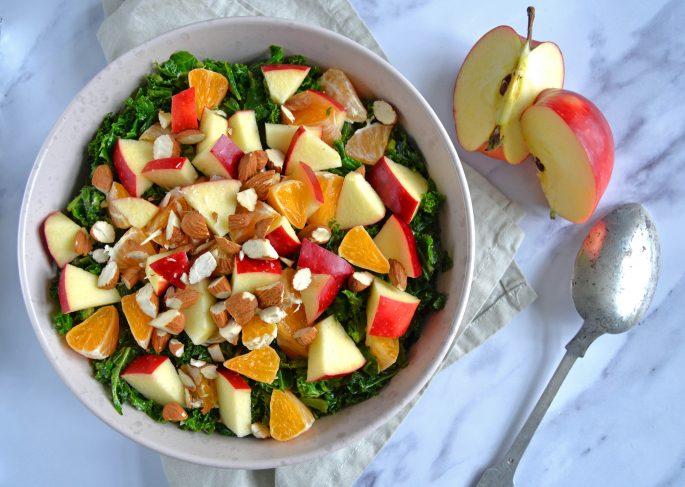 Grønkålssalat med æbler og appelsin