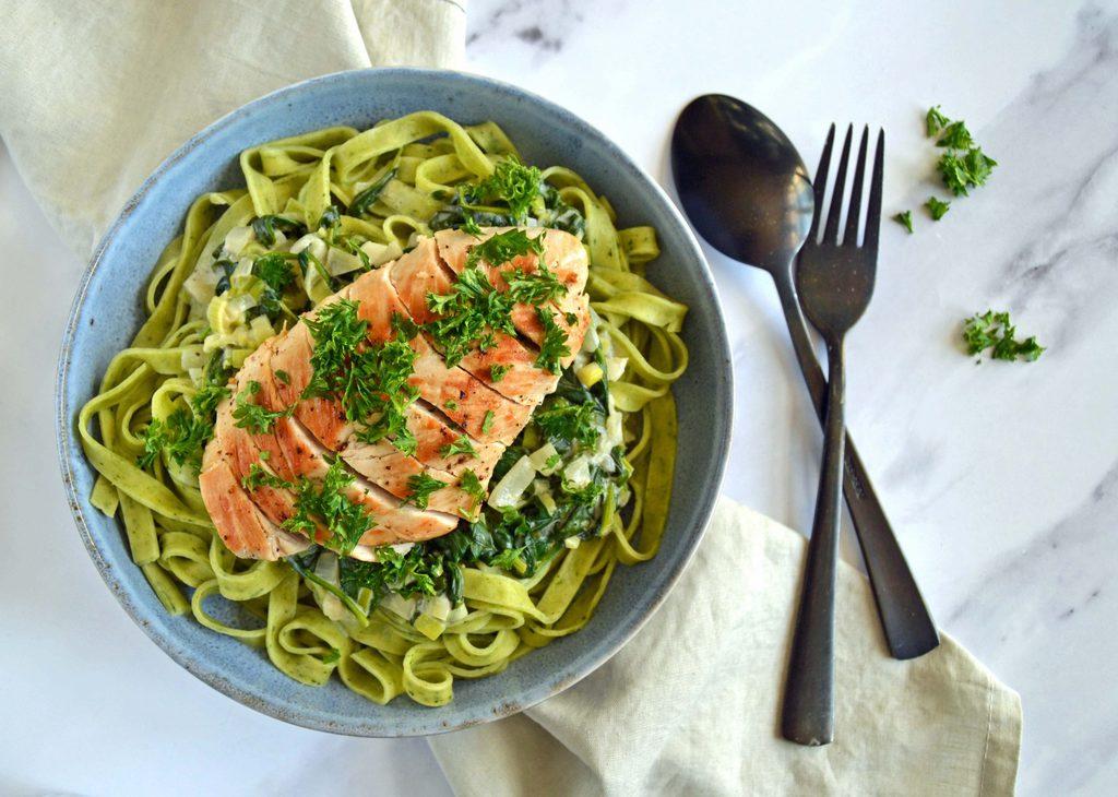 Kylling med spinat og pasta – nem opskrift.