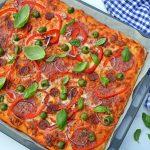 Bradepandepizza med tomatsauce, ost og pepperoni