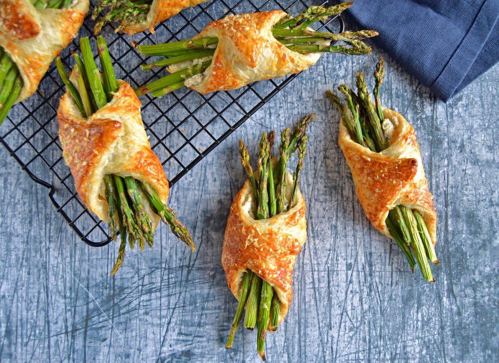 Butterdejspakker med asparges og ost.