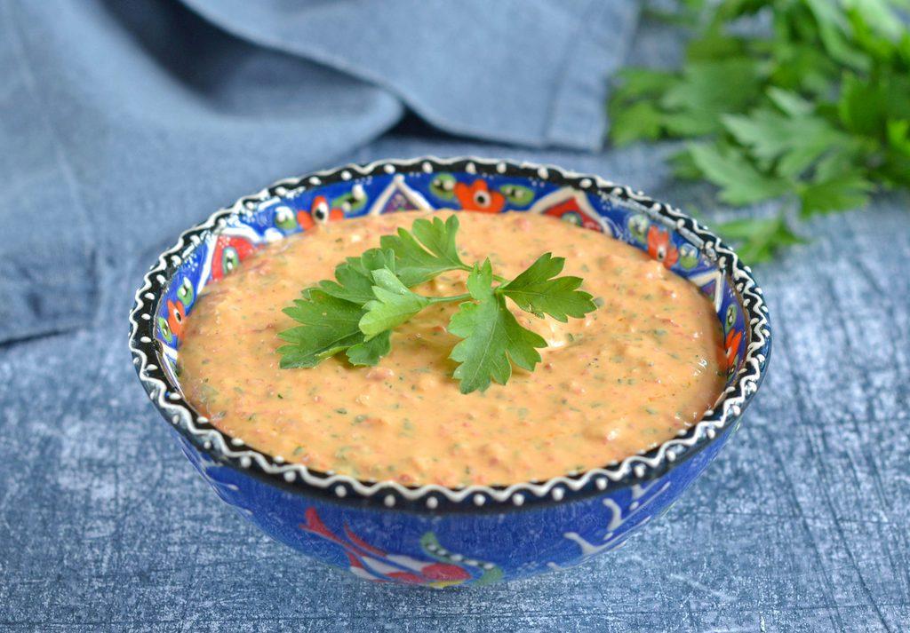 Haydari – opskrift på dip med feta og peberfrugt.