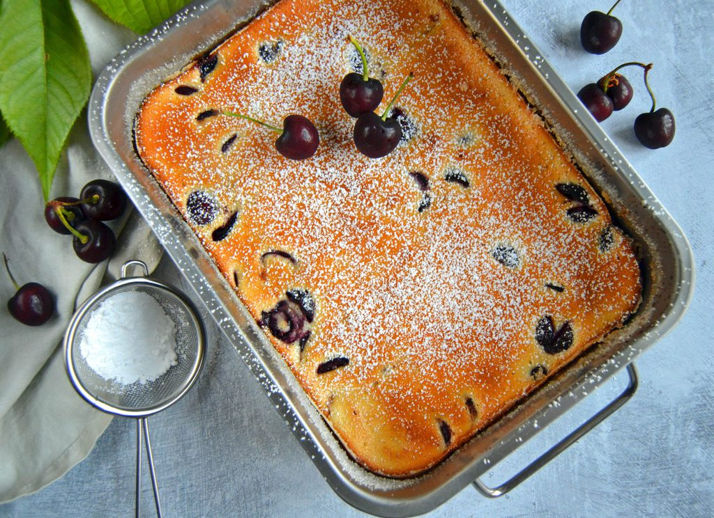 Clafoutis – fransk dessertkage med kirsebær.