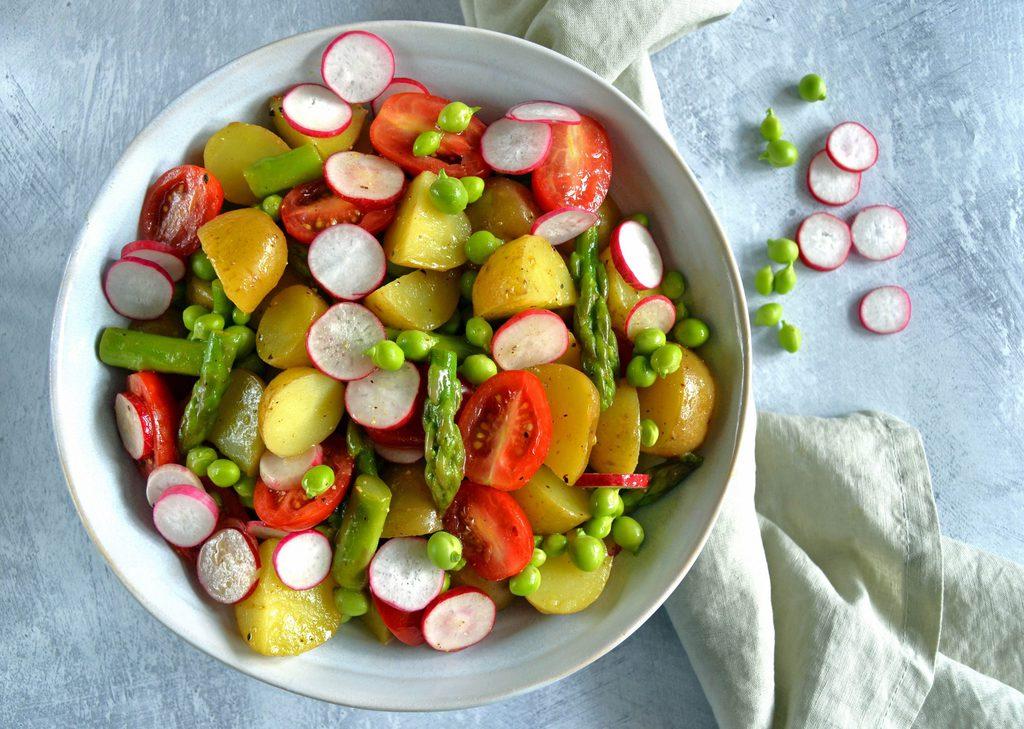 Kartoffelsalat med sennepsdressing.