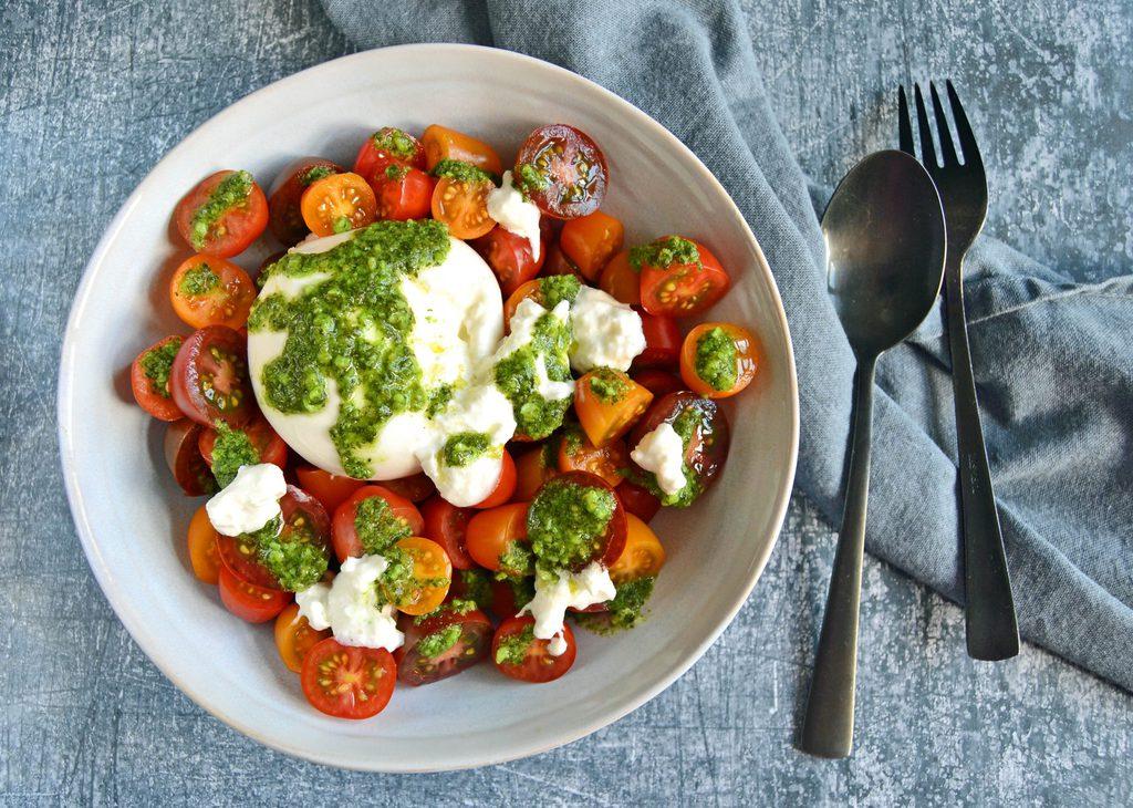 Tomatsalat med pesto og burrata – nem opskrift.
