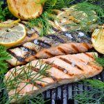 Laks på grill med citronskiver og friske krydderurter