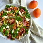 Salat med grillede abrikoser, skinke og mozzarella